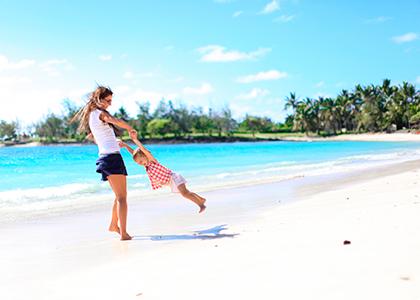 Familie på paradisstrand i Mauritius
