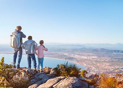 Familie på toppen af Taffelbjerget i Sydafrika