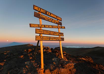 Uhuru Peak skiltet på toppen af Kilimanjaro, Tanzania