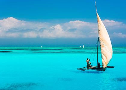 Katamaran i tyrkisblåt hav ved Zanzibar